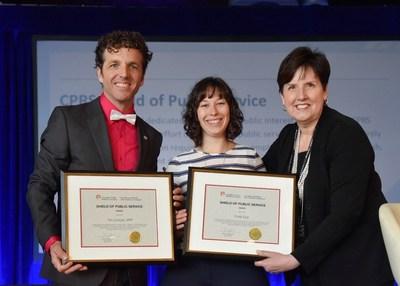 Tim Conrad ARP et Emily Epp reçoit l'Écusson du service public de la SCRP 2018 de la SCRP de Dana Dean, ARP, FSCRP LM durant Connexions, la Conférence nationale 2018 de la SCRP à Charlottetown. (Groupe CNW/Société canadienne des relations publiques)