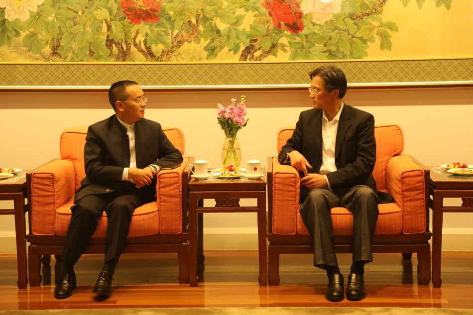 Gu Xiaojie the Consul General of China in Sydney (right) and Zhang Deqin the vice general manager of Moutai group & chairman of XiJiu (left)