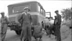 Groupe de voyageurs de la Chaleur Bay Autobus Company en attente, [vers 1930]. BAnQ Québec, collection Michael Swift. Photographe non identifié (Groupe CNW/Bibliothèque et Archives nationales du Québec)