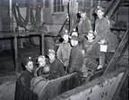 Groupe de mineurs prêts à descendre sous terre à la mine Elder, à Évain, en 1952. BAnQ Rouyn-Noranda, fonds Joseph Hermann Bolduc (08-Y, P124, S32, P357-52-1). Photo : Joseph Hermann Bolduc. (Groupe CNW/Bibliothèque et Archives nationales du Québec)