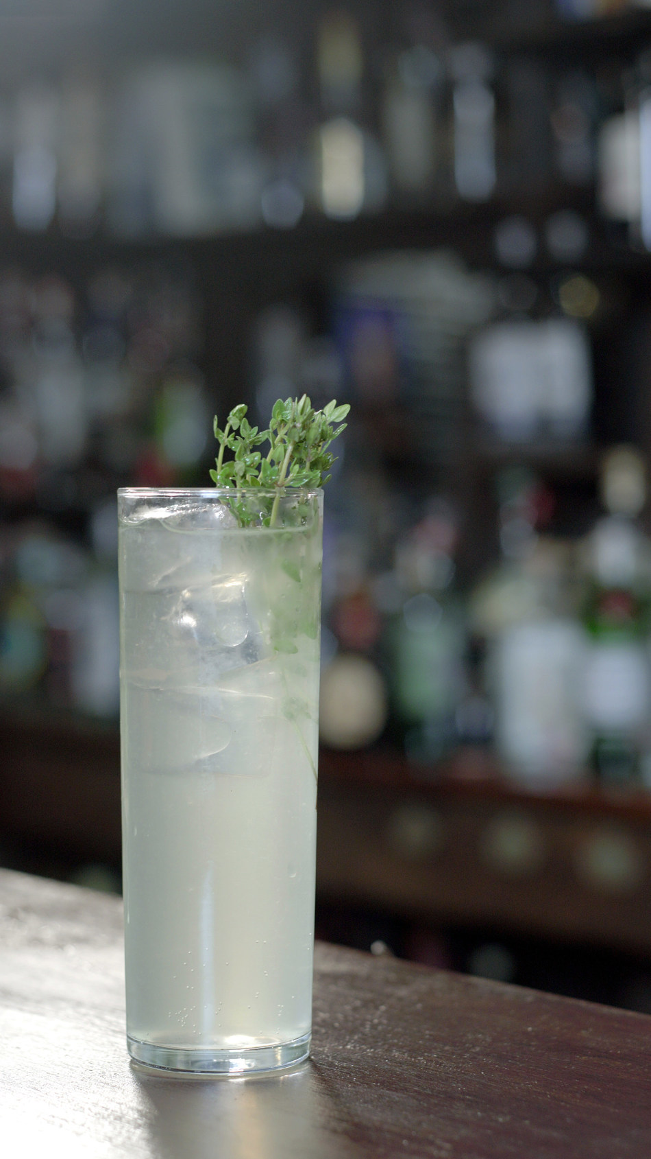 On-trend and delicious – this low alcohol Tanqueray cocktail, the Queen Bee, is the ideal serve to mix-up this World Gin Day (PRNewsfoto/Tanqueray)
