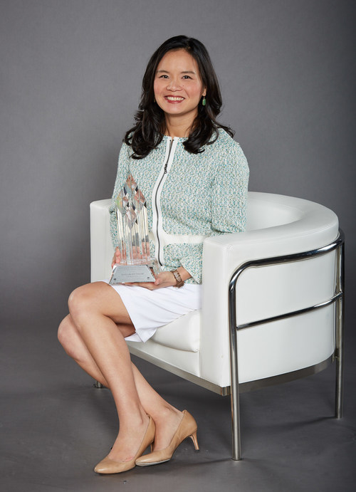 Tina Lee. Cindy and Tina Lee from T&T Supermarkets win RCC's 2018 Canadian Grand Prix Trailblazer Lifetime Achievement Award (CNW Group/Retail Council of Canada)