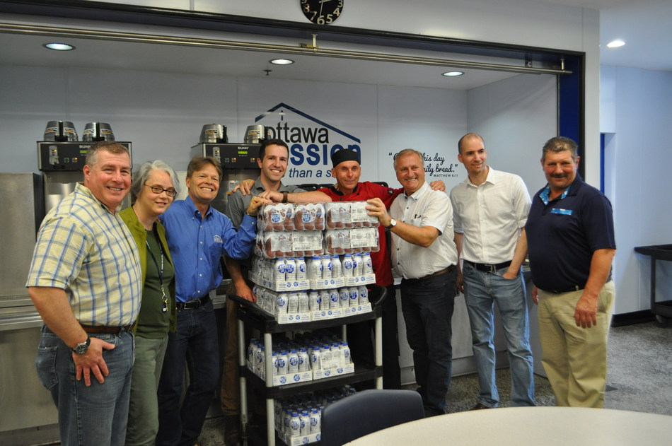 In honour of World Milk Day, Dairy Farmers of Canada (DFC), in partnership with the Dairy Processors Association of Canada (DPAC), were pleased to help those in need by donating healthy and nutritious dairy products to the Ottawa Mission. (CNW Group/Dairy Farmers of Canada (DFC))