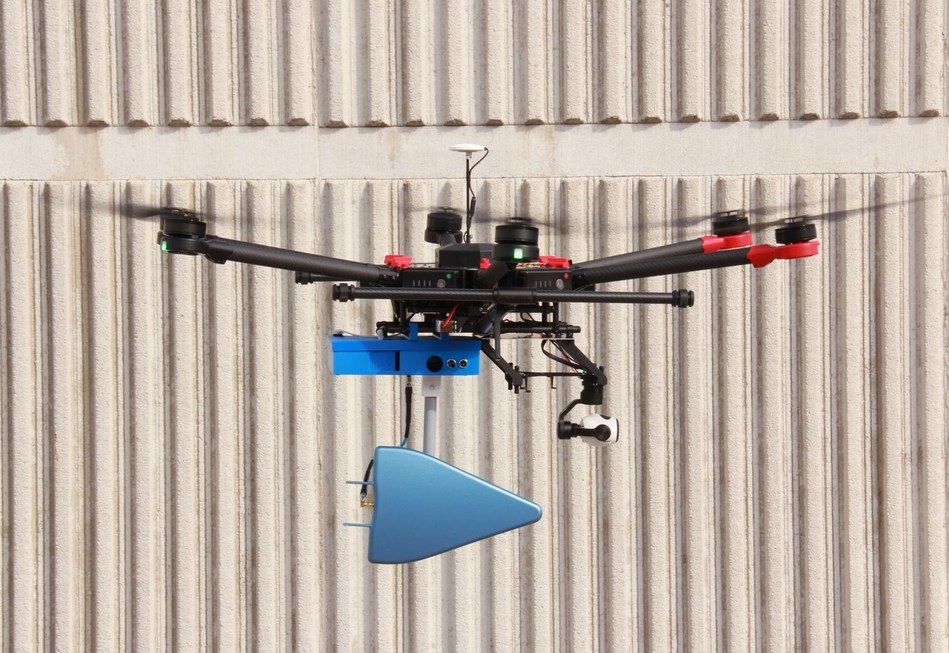 inUAVi's Network Quality Sensor integrates well with the DJI Enterprise Matrice 600 drone. (CNW Group/Gap Wireless)