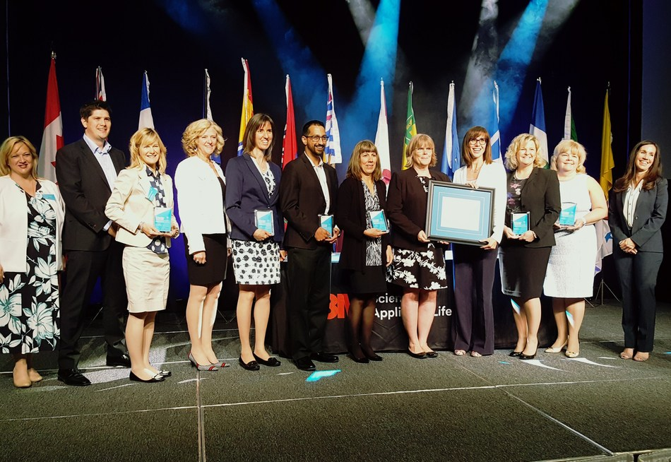 Trillium Health Partners and Saint Elizabeth Health Care recreated the patient journey by seamlessly coordinating services around the needs of the patient. Here, members of the PPATH team accept the 3M Health Care Quality Team Award at the National Health Leadership Conference on June 5 in St. John's, Newfoundland. (CNW Group/Saint Elizabeth Health Care)