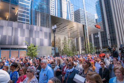 At the event, hundreds of CNA employees filled North Franklin Street to hear celebratory remarks from CNA's Chairman and Chief Executive Officer, Dino E. Robusto; City of Chicago Mayor Rahm Emanuel; and The John Buck Company (JBC) Chairman and Chief Executive Officer, John Buck.