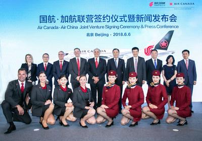 Conférence de presse et signature du contrat de coentreprise entre Air Canada et Air China. (Groupe CNW/Air Canada)