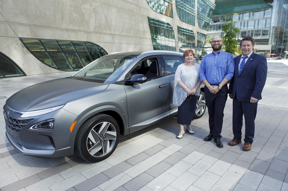 Surrey City Mayor Linda Hepner stands alongside Faizan Agha, Manager, Electric Vehicles, Product and Corporate Strategy, Hyundai Auto Canada Corp., and Surrey City Councillor, Mike Starchuk in front of NEXO, the newest fuel cell vehicle from Hyundai. (CNW Group/Hyundai Auto Canada Corp.)