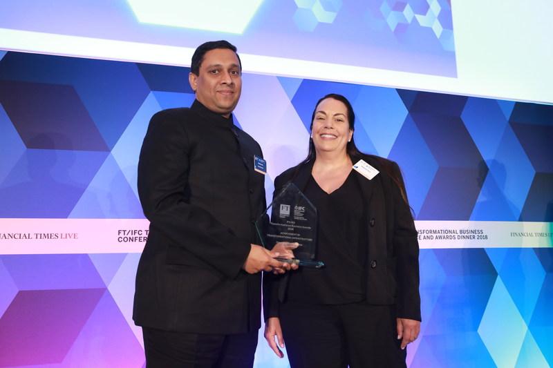 Mr. Kuldeep Jain, Founder and Managing Director, CleanMax Solar receiving award from Ms. Stephanie Race, CEO, Crop Performance Ltd. (PRNewsfoto/CleanMax Solar)