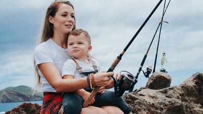 La mamá famosa Alexa PenaVega está ayudando a otras madres en todo la nación a planear sus propias aventuras familiares al aire libre con los Mejores Lugares Para Pescar y Navegar ¡Aprobados por Mamá! (PRNewsfoto/Recreational Boating & Fishing)