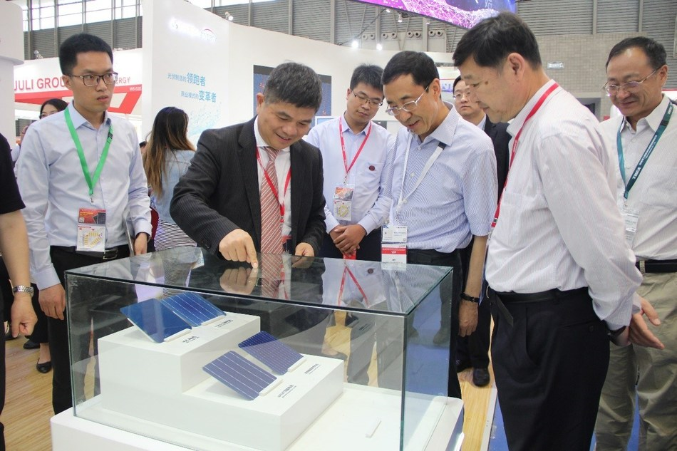 Jolywood Chairman Lin Jianwei introduces the latest N-type high efficiency bifacial solar cells