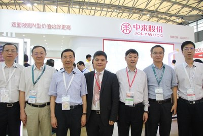 Lin Jianwei's photo with leaders of SPIC (PRNewsfoto/Jolywood (Taizhou) Solar Techno)
