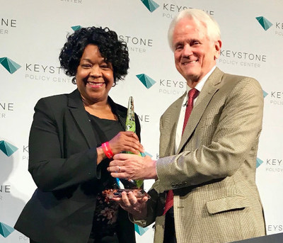 CPS Energy President & CEO, Paula Gold-Williams, receives a prestigious Keystone Leadership Award, presented by Shelby Coffey III, Event Moderator, Vice Chair of the Newseum and Senior Fellow, Freedom Forum.
