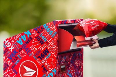 Dès maintenant, les consommateurs de Nespresso qui résident dans les provinces et territoires canadiens désignés n'auront qu'à déposer leurs capsules en aluminium utilisées dans le sac rouge entièrement recyclable, remis gratuitement par Nespresso Canada, et le déposer dans une boîte aux lettres ou un bureau de Postes Canada, sans aucun frais additionnel. (Groupe CNW/Nespresso)