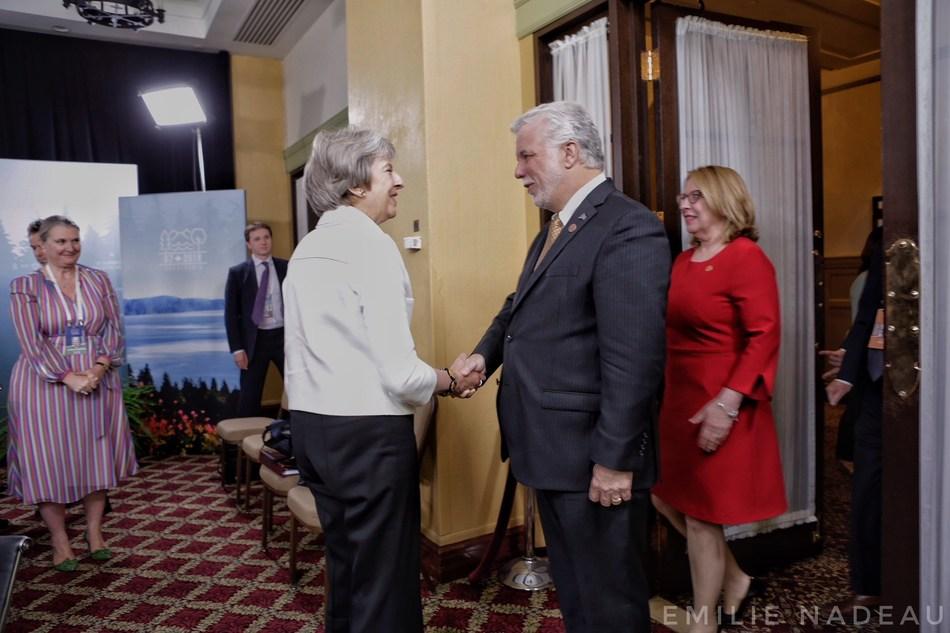 Le premier ministre, Philippe Couillard en compagnie de la ministre des Relations internationales et de la Francophonie, Christine St-Pierre lors d'un entretien avec la Première ministre du Royaume-Uni, Theresa May. (Groupe CNW/Cabinet du premier ministre)