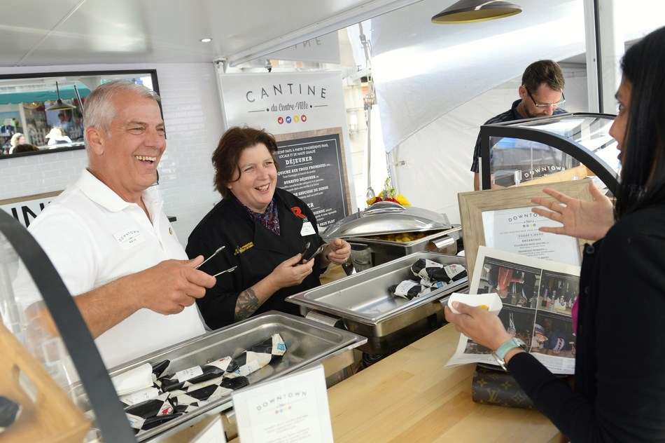 Chairman of Egg Farmers of Canada Roger Pelissero (left) and Chef Lynn Crawford (right) served more than 1,000 breakfast sandwiches this morning made of fresh Canadian eggs, turkey, chicken and dairy ingredients. (CNW Group/Egg Farmers of Canada)