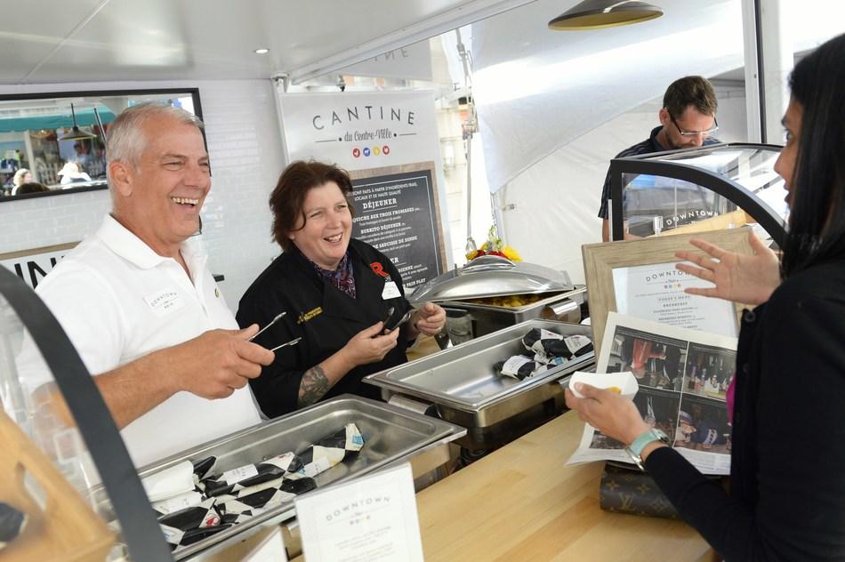 Le président des Producteurs d'oeufs du Canada, Roger Pelissero, et la chef Lynn Crawford, ont servi plus de 1000  petits déjeuners fait a partir d'oeufs, de dinde, de poulet et de produits laitiers canadiens. (Groupe CNW/Producteurs d'oeufs du Canada)