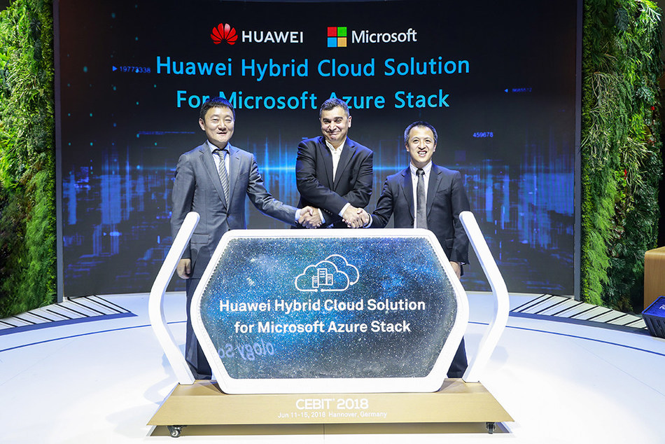 Lu Qi (left), President of Marketing & Solution Sales Dept of Huawei's Enterprise Business Group, Qiu Long (right), President of Huawei's IT Server Product Line and Vijay Tewari (middle), Partner Director, Azure Stack Infrastructure, Microsoft release Huawei hybrid cloud solution for Microsoft Azure Stack (PRNewsfoto/Huawei)