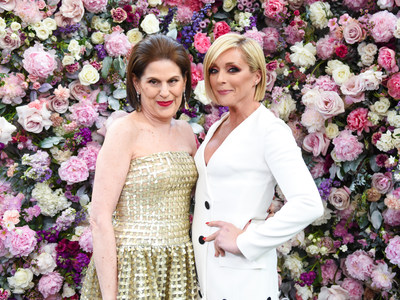 The Fragrance Foundation president Linda G. Levy with host Jane Krakowski at The Fragrance Foundation 2018 Awards.