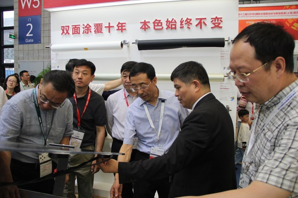 Lin Jianwei apresenta o inovador associado de alumínio de alta reflexão de módulos solares bifaciais (PRNewsfoto/Jolywood (Taizhou) Solar Techno)