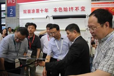 Lin Jianwei presenta el innovador sistema acompañante de aluminio de alta reflexión para módulos solares bifaciales (PRNewsfoto/Jolywood (Taizhou) Solar Techno)