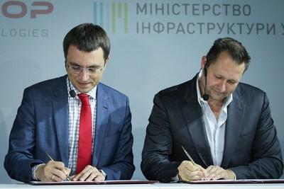 Dirk Ahlborn, CEO Hyperloop Transportation Technologies, and Volodymyr Omelyan, Minister of Infrastructure of Ukraine sign historic agreement