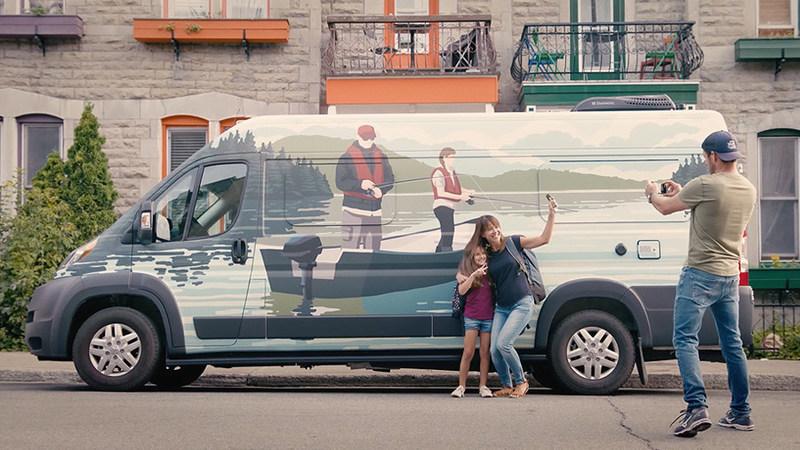 Pour s'inscrire, il suffit de se prendre en photo devant le véhicule et de publier un cliché sur Instagram avec le mot clic #Sepaqmobile, ou de découvrir l'adresse d'inscription en ligne indiquée sur le véhicule et dans tous les établissements de la Sépaq. (Groupe CNW/Société des établissements de plein air du Québec)