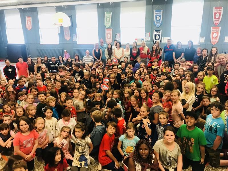 L'école Notre-Dame de L'Assomption reçoit le 1er prix Équipe étoile de Marie-Pierre et Phillip Danault de la Fondation Jasmin Roy (Groupe CNW/Fondation Jasmin Roy)