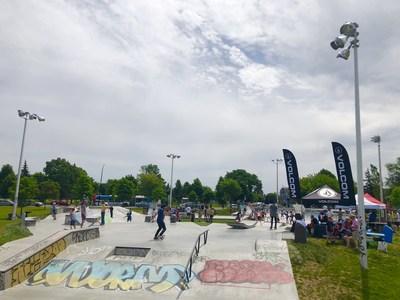 Les amateurs célèbrent l'inauguration du skatepark du parc du Père-Marquette (Groupe CNW/Ville de Montréal - Arrondissement de Rosemont - La Petite-Patrie)