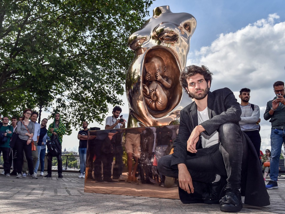 Artist Federico Clapis with his 3 meter bronze Crypto Connection, commissioned by cryptocurrency wallet Eidoo to spark discussion among a wider public about the future of finance #cryptoconnection (PRNewsfoto/Eidoo)