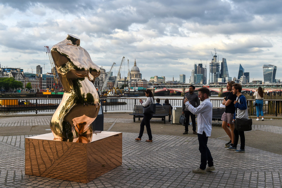 """Eidoo unveils the world's first public sculpture dedicated to exploring the future of cryptocurrencies: """"Crypto Connect - by Federico Clapis, powered by Eidoo"""". Crowds gather to capture the imposing 3m bronze addition to London's skyline at Southbank's Observation Point #cryptoconnection (PRNewsfoto/Eidoo)"""