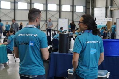 WestJet hackathon attendees from LinkedIn and Salesforce sharing ideas (CNW Group/WESTJET, an Alberta Partnership)