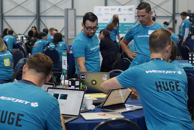 #hackinthehangar team working together at WestJet hackathon (CNW Group/WESTJET, an Alberta Partnership)