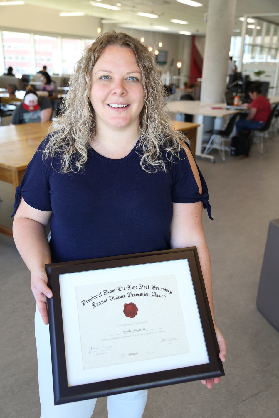 Recipient Sarah Crawford at Algonquin College. (CNW Group/White Ribbon Campaign)