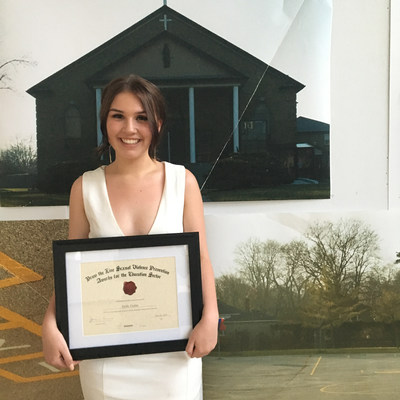 La lauréate Emily Guitar posant devant sa série « Creating a Line », présentée lors du spectacle multidisciplinaire « My Being ». (Groupe CNW/White Ribbon Campaign)