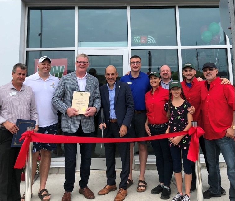 President, Domenic Primucci (centre), Mayor Steve Clarke (left), Franchisee David Struga (one in from right) along with family and City of Orillia members take part in an official ribbon cutting ceremony with Mayor Clarke welcoming Pizza Nova to the city of Orillia. (CNW Group/Pizza Nova)