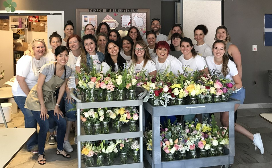 L'Oréal Canada employees prepared bouquets for CHSLD residents with the help of Floranthropie. (CNW Group/L'Oréal Canada Inc.)
