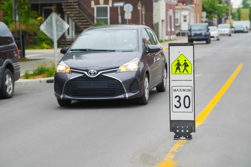 Afin d'apaiser la circulation aux abords des écoles, l'arrondissement  de Verdun a décider d'abaisser la limite de vitesse de 40 km/h à 30 km/h dans les zones scolaires situées sur des rues artérielles (photo : Jean Beaudin). (Groupe CNW/Ville de Montréal - Arrondissement de Verdun)