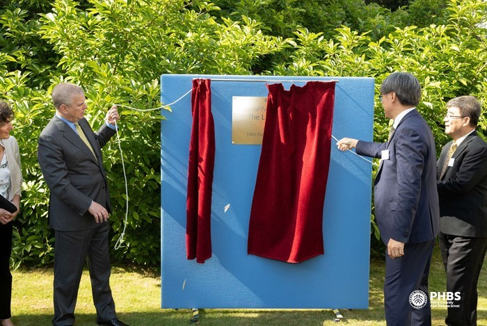 HRH The Duke of York unveils the plaque to commission the Lake Walk, Pitch@palace Pathways