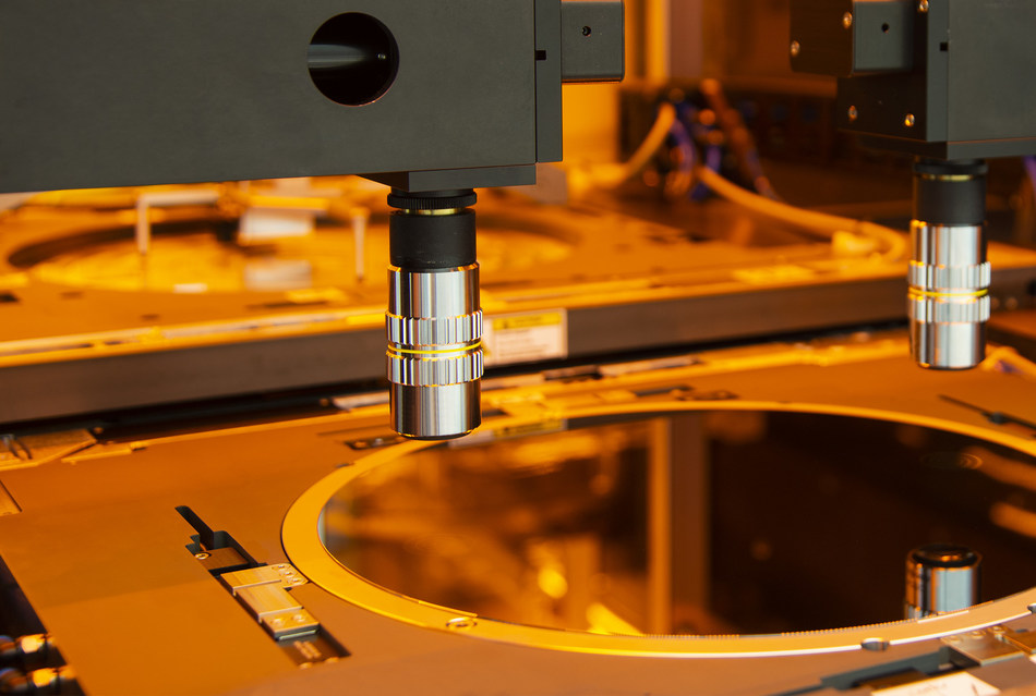 The new SmartView(r) NT3 aligner on EV Group's GEMINI(r) FB XT fusion bonder enables a 2-3X improvement in wafer-to-wafer alignment accuracy over EVG's previous-generation aligner.