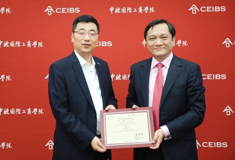 Meng Xiangsheng (left), Senior Vice President, Chief Human Resource Officer of Suning.com and Ding Yuan (right), Vice President and Dean of CEIBS, attended the event
