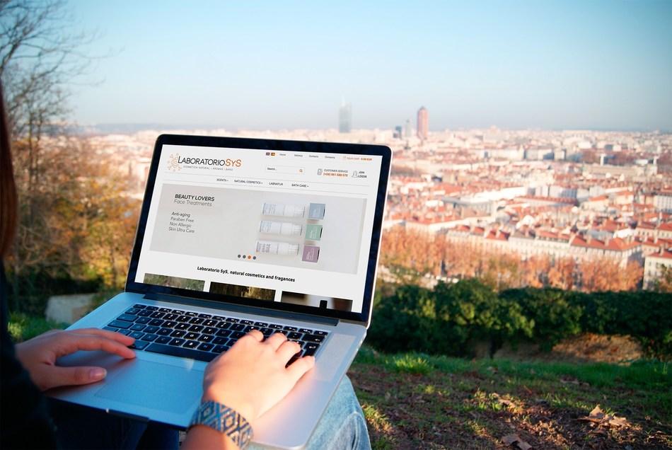 A customer browses the cosmetics range on the Laboratorio SyS website (PRNewsfoto/Laboratorio SyS)