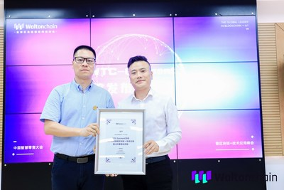 Waltonchain COO, Monitor Chan (to the left) presents the WTC-Garment system to Director of Kaltendin Product Centre, Zhang Zhengxiong
