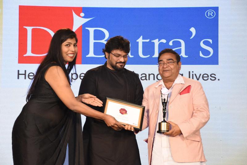Dr.Mukesh Batra receiving the prestigious 'Iconic Brand of India Awards 2018' (PRNewsfoto/Dr Batra's Multi-Specialty Homeo)