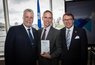 Le Premier ministre Couillard, le ministre D'Amour et le chef du contentieux, Marc Babinski, lors du lancement de la stratégie maritime du Québec en juin 2016 (Credit: Chantier Davie) (Groupe CNW/Chantier Davie Canada Inc.)