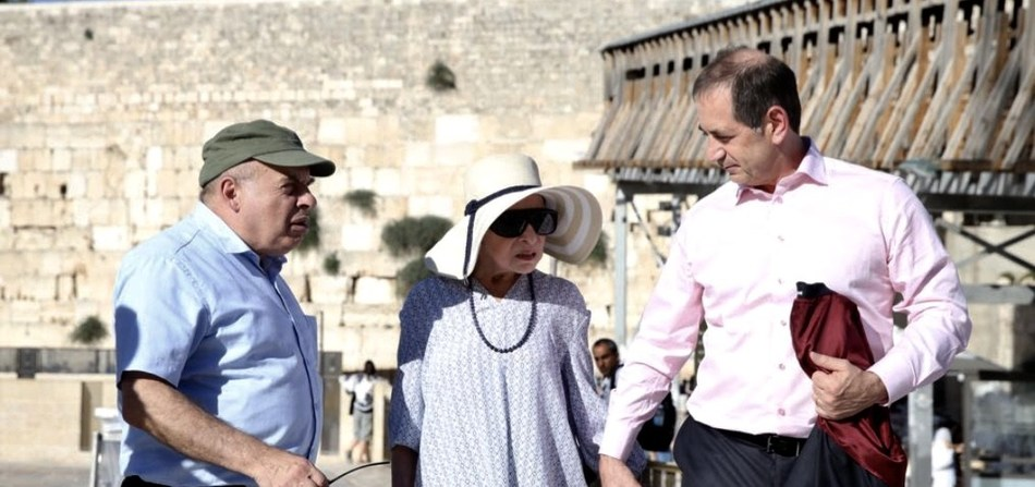 Justice Ginsburg visits the Western Wall in Jerusalem with human rights activist Natan Sharansky and Genesis Prize Foundation Co-Founder Stan Polovets