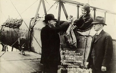 Aviatrice Katherine Stinson receives air mail bag on July 9, 1918 for flight between Calgary and Edmonton (CNW Group/WESTJET, an Alberta Partnership)