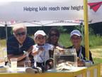 Calin Rovinescu, président et chef de la direction d'Air Canada, Kaleb, la maman de Kaleb, ainsi que Justin au kiosque de limonade du septième tournoi de golf annuel de la Fondation Air Canada. (Groupe CNW/Fondation Air Canada)