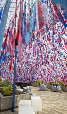 Après le Big Ben, voici que les couleurs du drapeau britannique se déploient sur le toit du Musée de la civilisation par le biais de l'oeuvre d'art Roof Line Garden, une réinterprétation de Line Garden installée chaque année depuis 2014 au Festival international de jardins sur le site des Jardins de Métis, à Grand-Métis. Une expérience à la fois visuelle et auditive, cinétique ou parfaitement calme pour les visiteurs. Photo : Marie-Josée Marcotte, Icone (Groupe CNW/Musée de la civilisation)