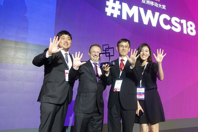 Choi Yong-Min, Director of KT's Core Network Technology Department, and his colleagues pose with an emcee during an award ceremony of the Asia Mobile Awards held during the Mobile World Congress (MWC) Shanghai 2018 on June 27.